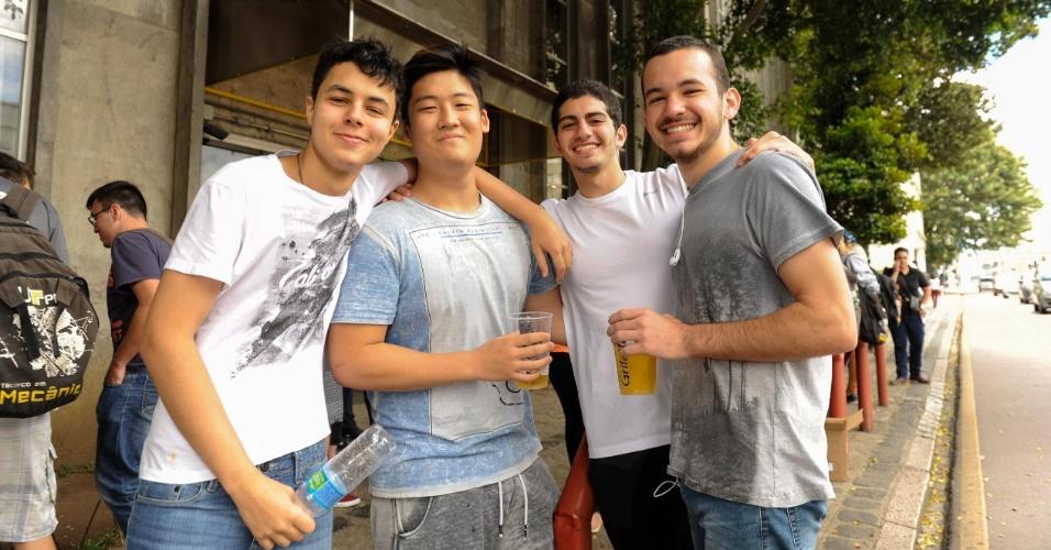 5.nov.2016 - Gabriel Jardim, 19, Luã Jokura, 19, Amir El Kadri, 18 e Otávio Neia,18, alunos de Engenharia Mecânica do UTFPR vieram até a entrada do campus onde estudam para assitir à chegada dos alunos atrasados no Enem em Curitiba