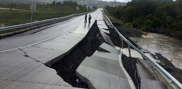 Terremoto danifica estrada em Tarahuin, na ilha de Chiloé, no sul do Chile