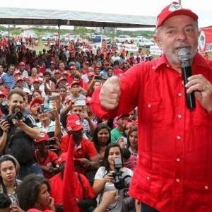 Lula discursa a membros do MST em evento em janeiro, em Salvador