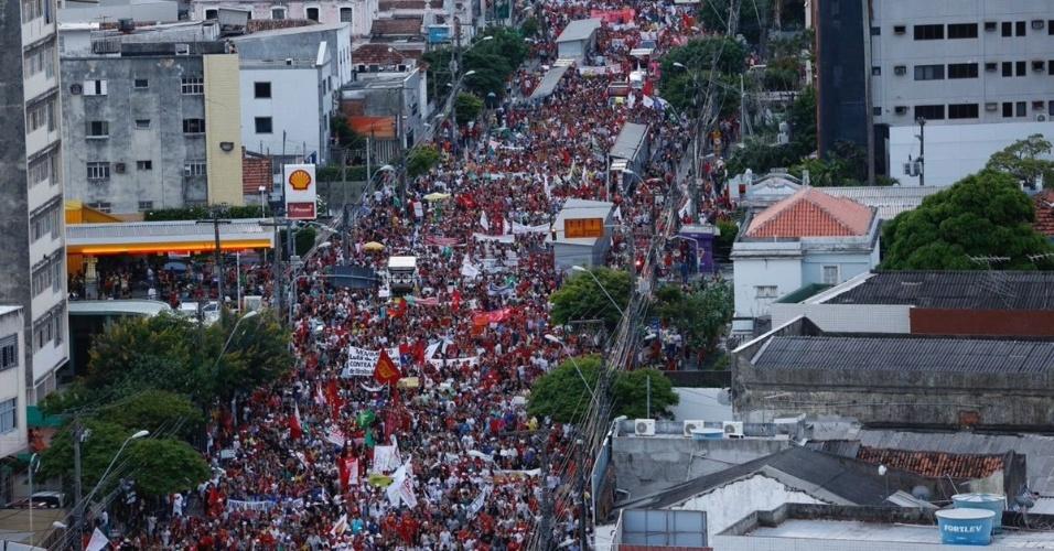 28.abr.2017 - Cerca de 150 mil pessoas, segundo informações do MST, foram às ruas de Recife para protestar contra as reformas da Previdência e trabalhista nesta sexta-feira em adesão à greve geral