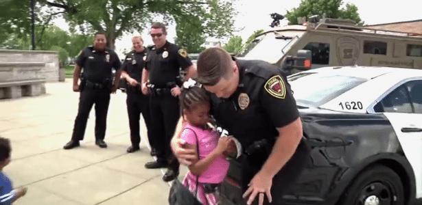 Rosalyn Baldwin, de sete anos, quer abraçar policiais em todos os 50 Estados norte-americanos