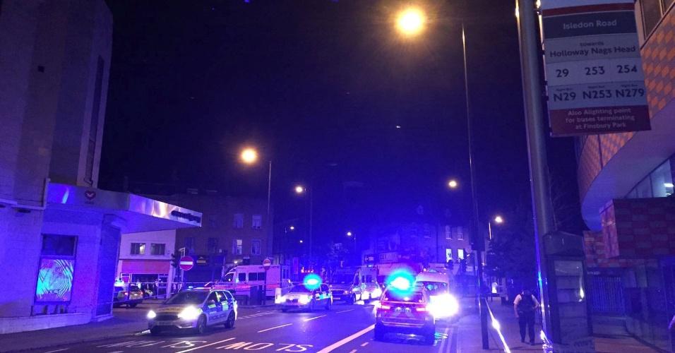 18.jun.2017 - Policiais em Finsbury Park, no norte de Londres, após um veículo atropelar pedestres