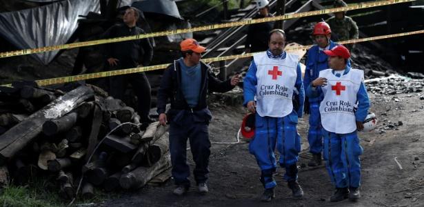 Equipe de resgate trabalham na busca por mineiros desaparecidos após explosão em uma mina, em Cucunuba, Colômbia