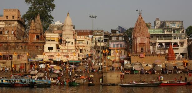 Varanasi, às margens do Ganges, é também conhecida pelo nome da era muçulmana, Banaras, e pelo antigo nome em sânscrito, Kashi