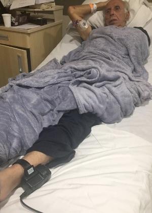 Imagem divulgada pela defesa mostra Abdelmassih internado usando tornozeleira