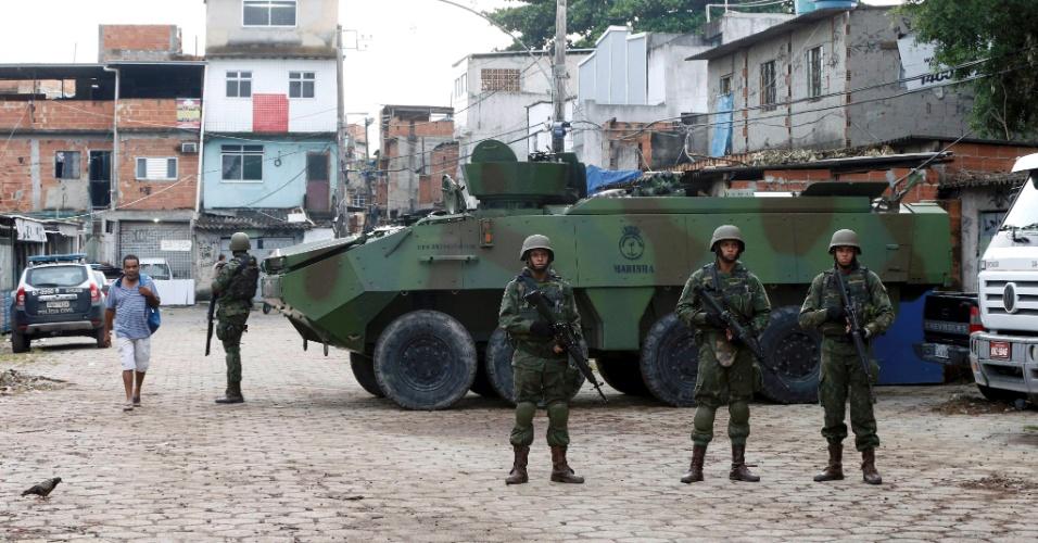 20.fev.2018 - Exército participa de operação na favela Kelson's, na Penha, zona norte do Rio