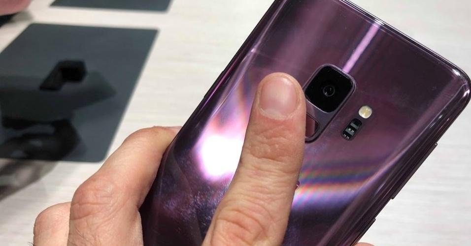 Ainda não é um sensor na tela, mas os novos modelos da Samsung tem o sensor de digital embaixo da câmera traseira.