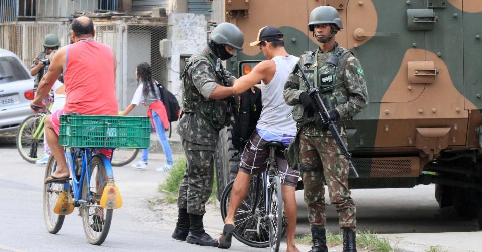 02.mar.2018 - Forças Armadas fazem operação no Jardim Catarina, em São Gonçalo (RJ). É a primeira operação sob comando do novo secretário de Segurança, general Richard Fernandez Nunes
