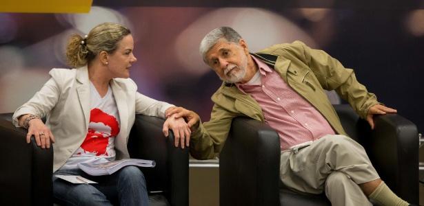 9.mar.2018 - Senadora Gleisi Hoffmann (e) conversa com o ex-ministro Celso Amorim durante evento promovido pelo PT e pela Fundação Perseu Abramo em São Paulo