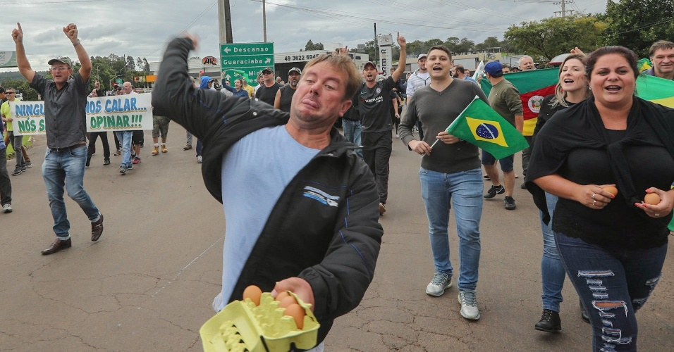 25.mar.2018 - Manifestantes jogam ovos e pedras na comitiva do ex-presidente Lula na chegada da caravana petista a São Miguel do Oeste (SC)