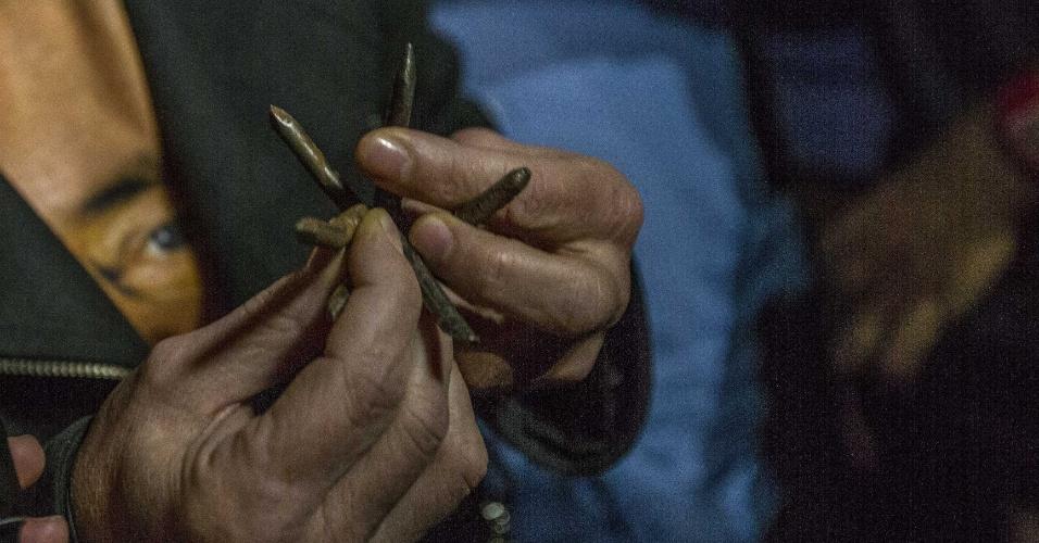 """27.mar.2018 - Ganchos de metal pontiagudos, conhecidos popularmente como """"miguelitos"""", foram colocados em uma estrada por onde a comitiva passou e furaram um dos pneus de um veículo da caravana"""