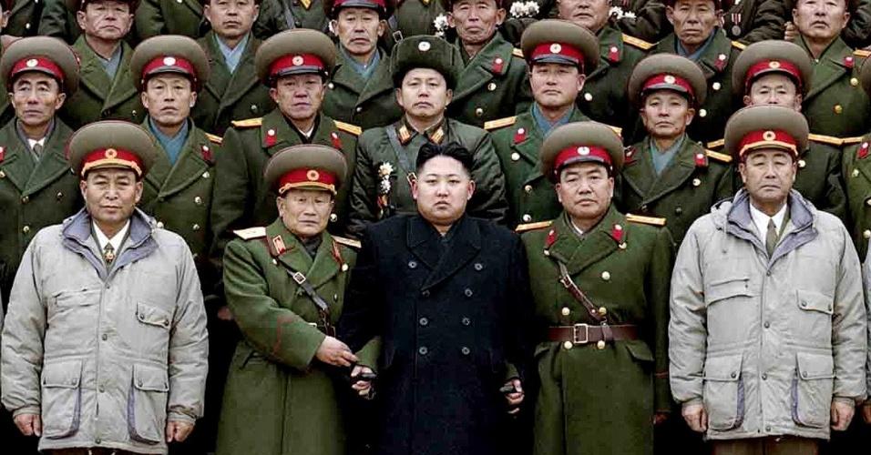 "Em foto de janeiro de 2012, Kim Jong-un posa ao lado de militares norte-coreanos, após tornar-se líder do país. Jong-un foi aclamado ""o gênio entre todos os gênios""."