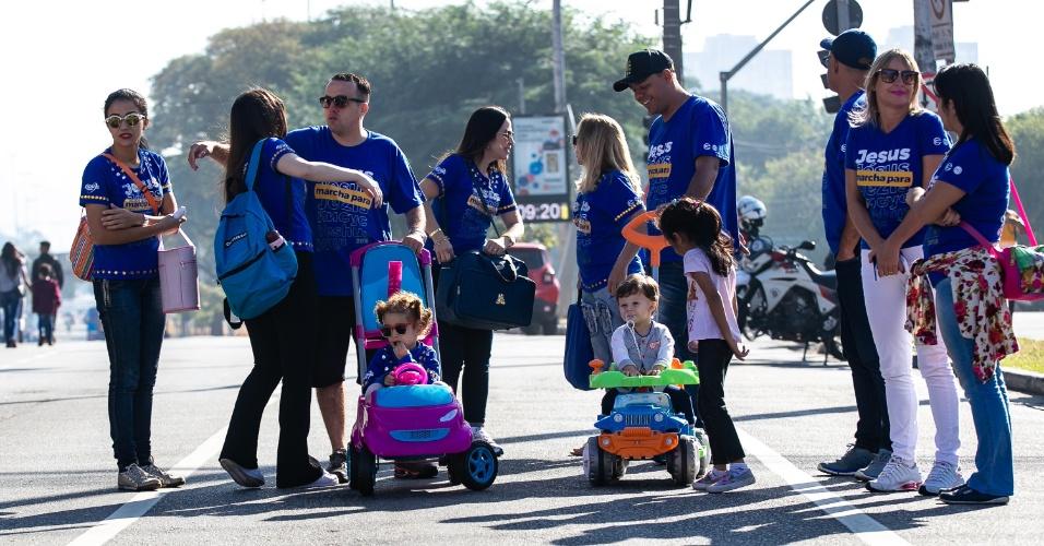 31.mai.2018 - Famílias levam crianças para 26ª Marcha para Jesus em São Paulo