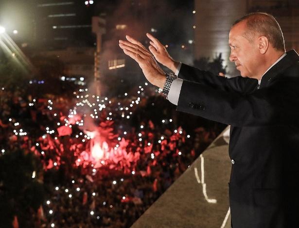 Presidente Recep Tayyip Erdogan comemora sua reeleição em Ancara, capital da Turquia - AFP/TURKISH PRESS SERVICE/KAYHAN OZER