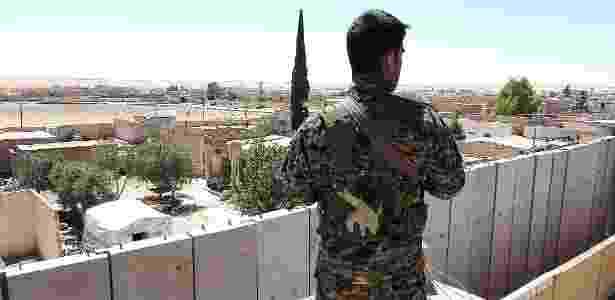Soldado da FDS vigia do alto de uma prisão em Ainissa, na Síria - Charlie Savage/The New York Times