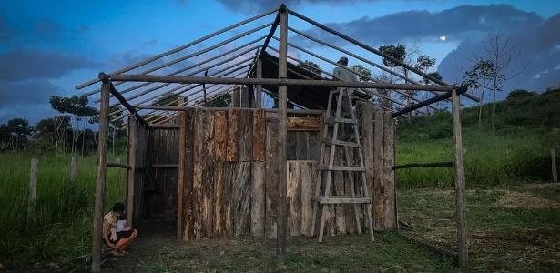Família de Venezuelanos contratada para trabalhar por R$ 300 em fazenda de hortaliças e legumes reforma abrigo oferecido por patrão na região de Mucajaí - Y. Boechat/DW