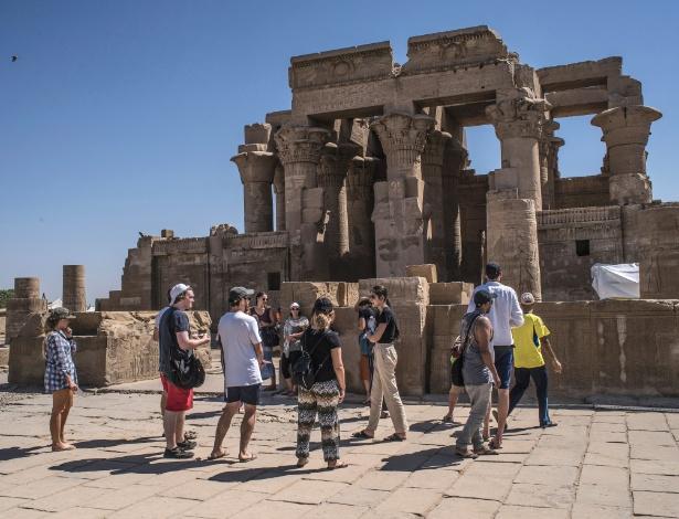 Turistas visitam o templo de Kom Ombo, perto de Assuã, no Egito - Laura Boushnak/The New York Times