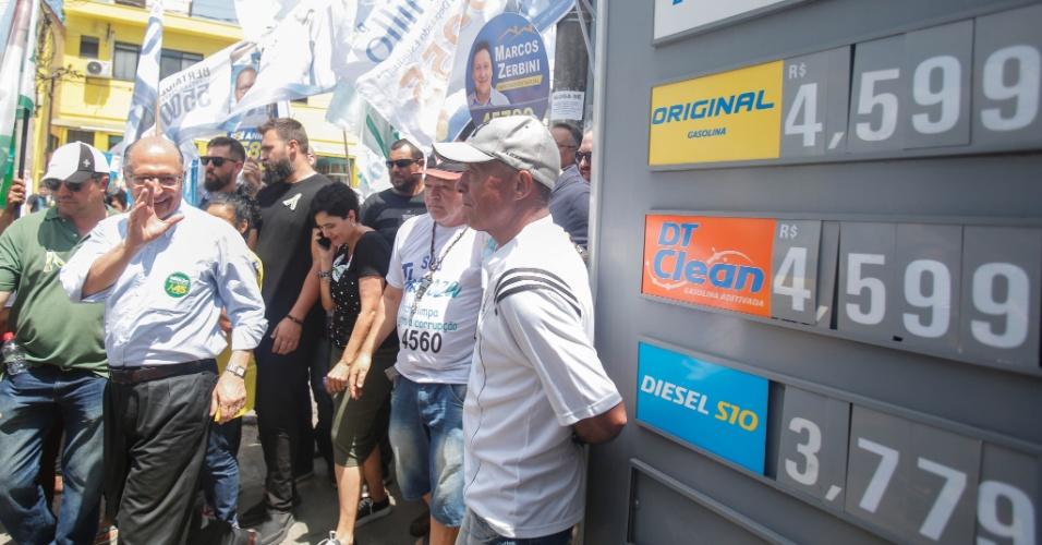 2.ou.2018 - O candidato do PSDB à Presidência, Geraldo Alckmin, durante caminhada na região de Perus, em São Paulo, nesta terça-feira, 02. Alckmin minimizou nesta terça-feira, 02, o resultado última pesquisa Ibope, divulgada na véspera, na qual aparece estagnado com 8% das intenções de voto a menos de uma semana do 1º turno