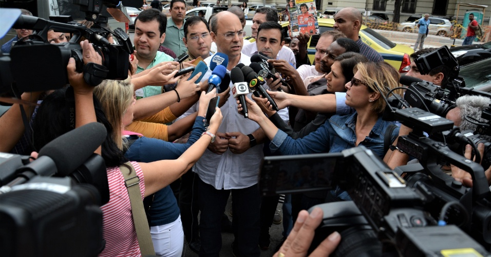 8.out.2018 - Witzel faz campanha na Central do Brasil após primeiro turno
