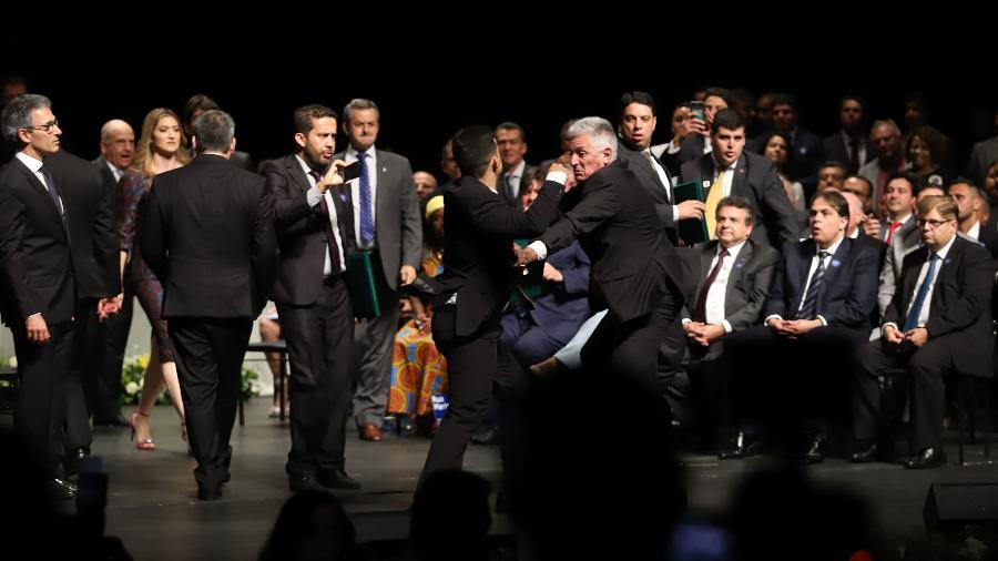 19.dez.2018 - Os deputados federais Rogério Corrêa (PT, de cabelos brancos) e Cabo Junio Amaral (PSL, de costas) trocam socos durante cerimônia de diplomação dos candidatos de MG eleitos em 2018 - RAMON BITENCOURT/O TEMPO/ESTADÃO CONTEÚDO