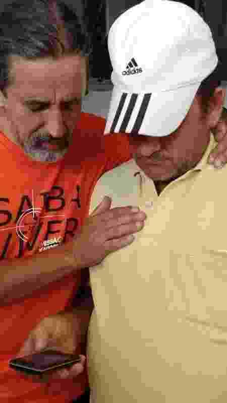 Pai de Camila  (de boné) antes de o corpo da filha ter sido resgatado - Luciana Quierati - Luciana Quierati
