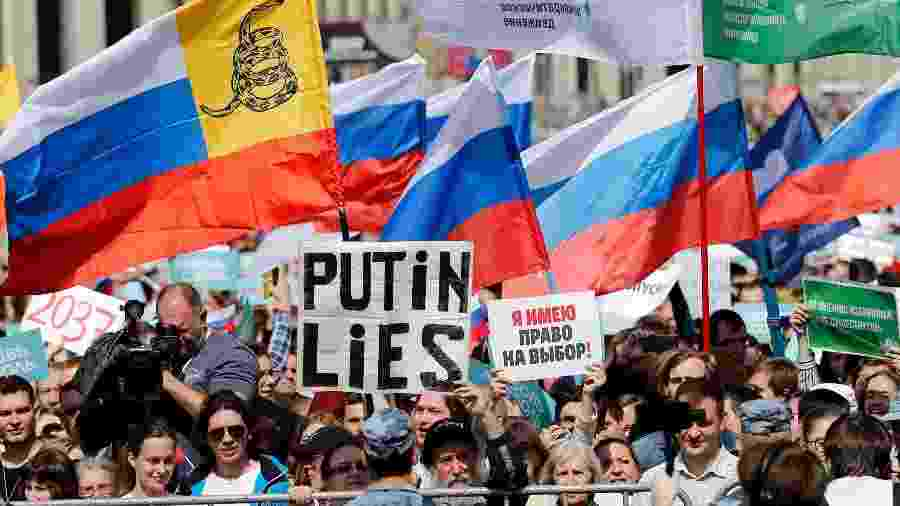 Manifestantes participam de ato em Moscou em defesa de candidatos independentes e de oposição que tiveram seus registros rejeitados - Maxim Zmeyev/AFP