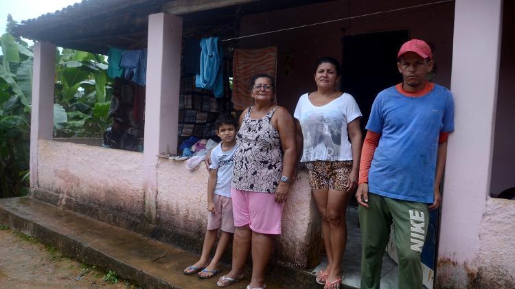 Maria José da Silva, 64, aposentada, mora com dez pessoas no assentamento e reclama de problemas estruturais - Beto Macário/UOL