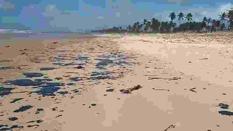 Manchas de óleo em praia da Bahia - João Arthur/Projeto Tamar