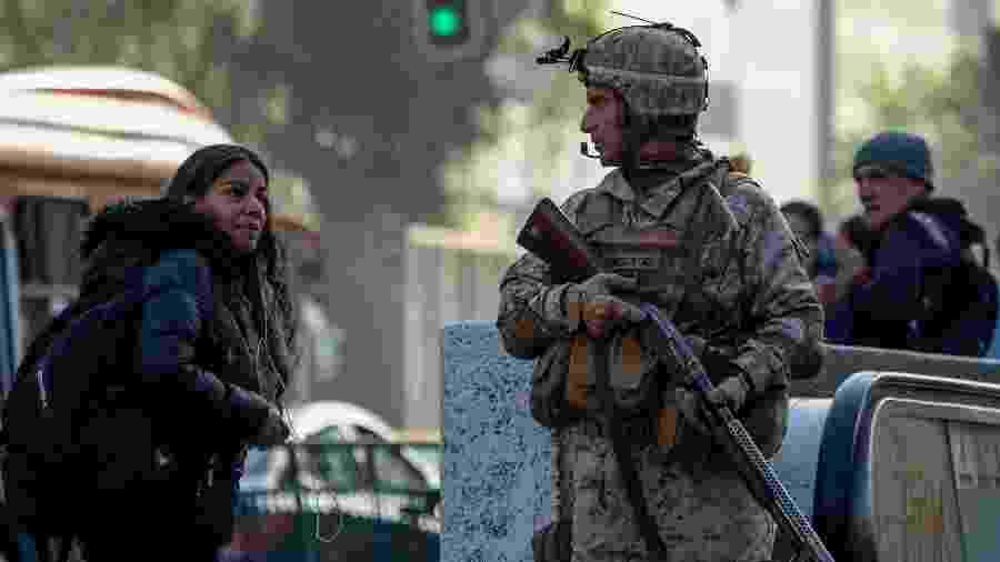 21.out.2019 - Soldado faz guarda em rua de Santiago, capital do Chile, após fim de semana com protestos violentos e mortes - Pedro Ugarte/AFP