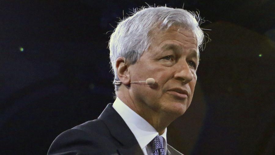 Jamie Dimon, CEO da JP Morgan Chase, contratou em 2018 mais de 2 mil pessoas com alguma ficha criminal - Kena Betancur / AFP
