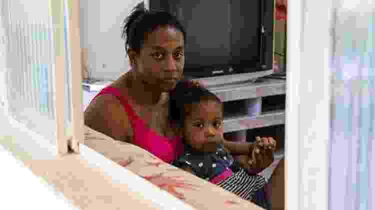 Simone e Sofya: menina tem erupções cutâneas constantes, problemas respiratórios e dor nos membros inferiores - Tainara Torres/BBC News Brasil