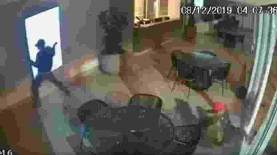 Ladrões tentaram, falharam e passaram vergonha nas câmeras de segurança - Reprodução