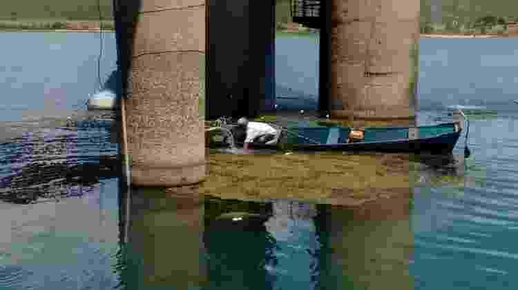 Pescadores da região foram chamados para retirar plantas do rio - Companhia de Saneamento de Alagoas