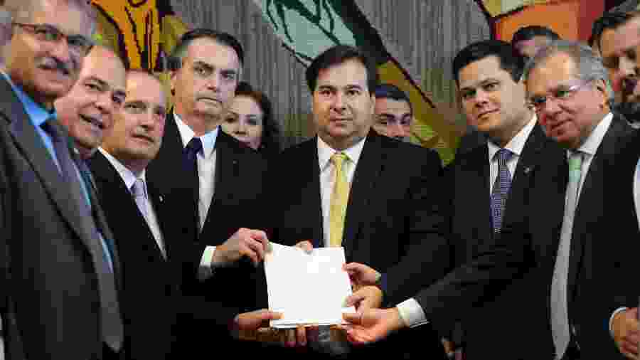 O presidente Jair Bolsonaro com ministros ao lado do presidente da Câmara, Rodrigo Maia, e do Senado, Davi Alcolumbre - Luis Macedo/Câmara dos Deputados