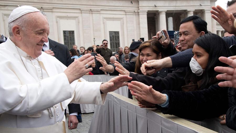 26.fev.2020 - Papa Francisco cumprimenta fiéis na Praça de São Pedro, no Vaticano - Tiziana Fabi/AFP
