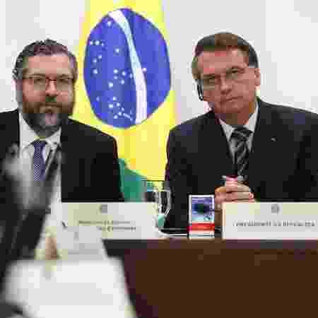 26.mar.2020 - O ministro das Relações Exteriores, Ernesto Araújo, e o presidente Jair Bolsonaro durante videoconferência dos líderes do G20 -  Marcos Corrêa/PR