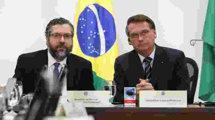 26.mar.2020 - O ministro das Relações Exteriores, Ernesto Araújo, e o presidente Jair Bolsonaro durante videoconferência dos líderes do G20 - Marcos Corrêa/PR - Marcos Corrêa/PR