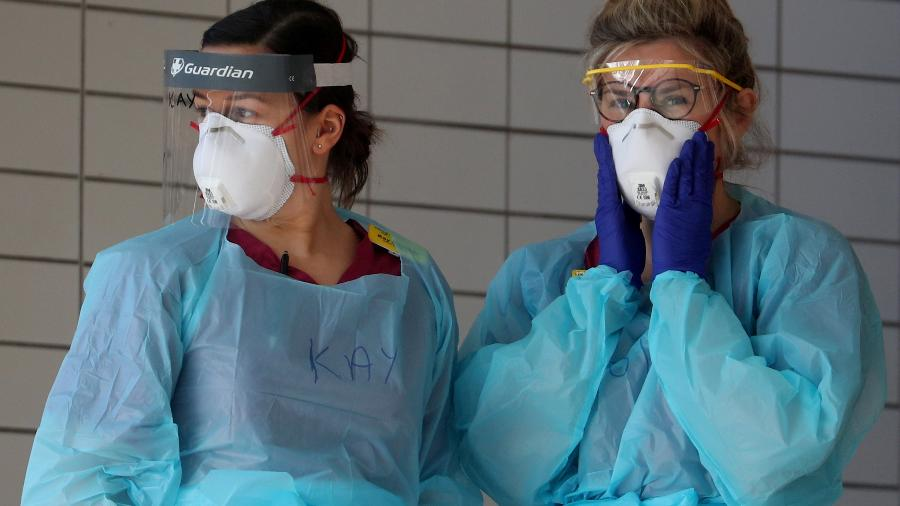 Equipe médica no hospital St. Thomas, em Londres, com equipamentos de proteção contra coronavírus - HANNAH MCKAY