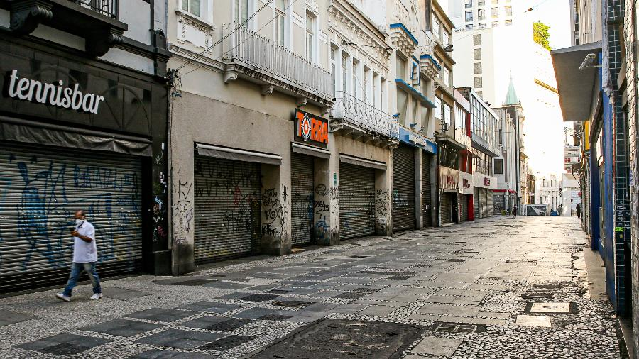 """Homem caminha sozinho no centro de São Paulo durante quarentena; Brasil deve """"voltar ao normal"""" em ao menos quatro meses - Alexandre Schneider/Getty Images"""