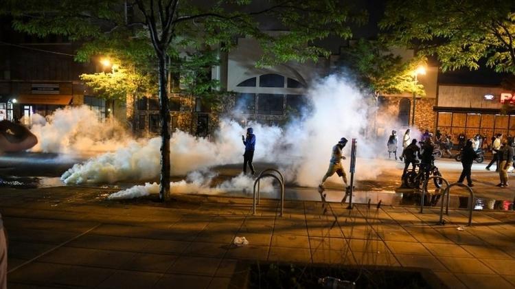 Polícia americana utilizou gás lacrimogêneo para tentar dispersar a multidão de manifestantes - Reuters