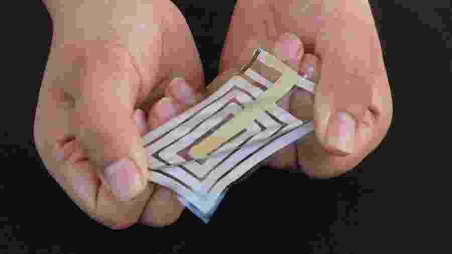 Adesivo flexível com antena e sensor impressos em tinta metálica - Bao Lab/Divulgação