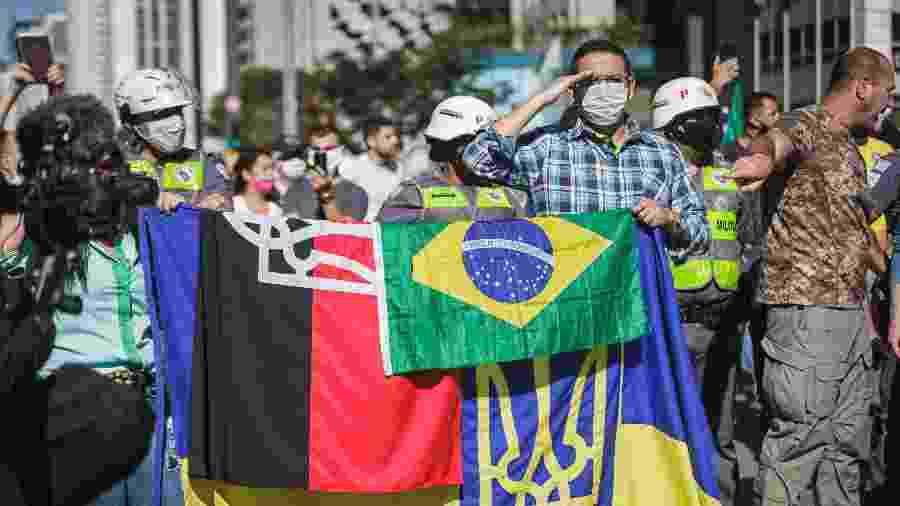 Bandeiras também utilizadas por grupos neonazistas na Avenida Paulista -  LEO ORESTES/FRAMEPHOTO/ESTADÃO CONTEÚDO