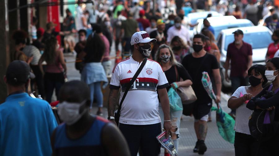 Pessoas com máscaras de proteção contra o coronavírus em região comercial de São Paulo (SP) - Amanda Perobelli