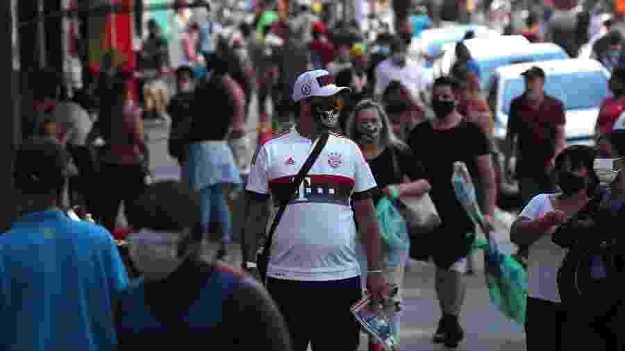 Pessoas com máscaras de proteção contra o coronavírus em região comercial de São Paulo - Amanda Perobelli