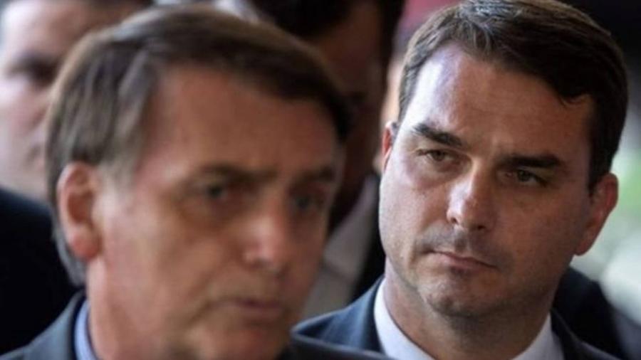 Flávio Bolsonaro (à direita) e Jair Bolsonaro (à esquerda) - Sergio Lima/AFP