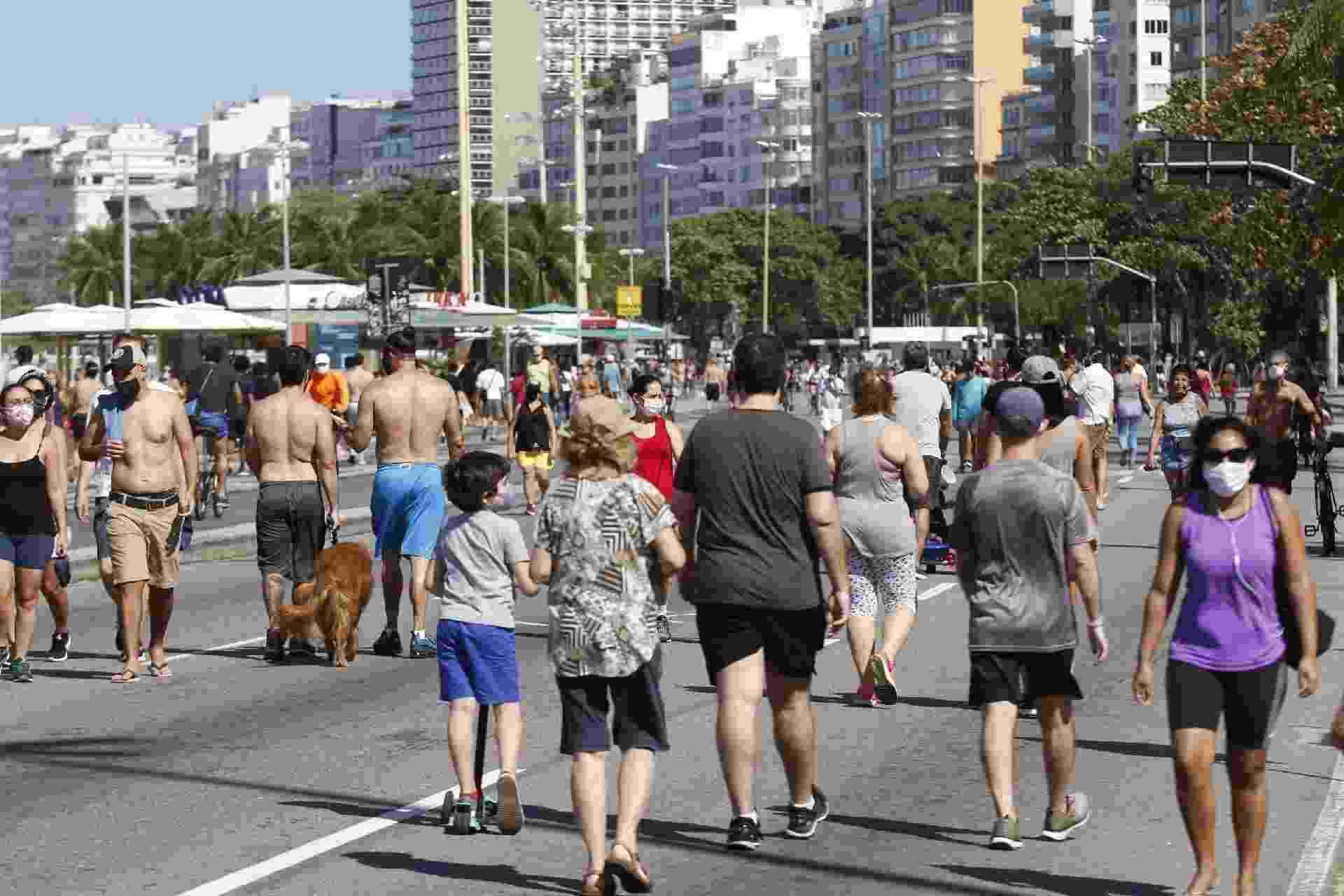 Avenida Atlântica, em Copacabana, teve aglomerações em primeiro dia de reabertura da área de lazer - JOSE LUCENA/ FUTURA PRESS// ESTADÃO CONTEÚDO