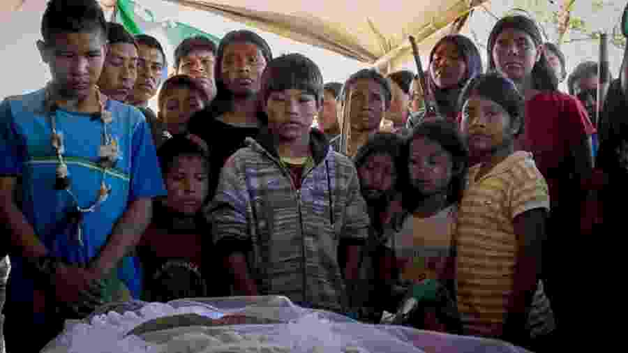 Indígenas reunidos no velório do guarani-kaiowá Clodiodi Aquileu Rodrigues de Souza, assassinado após um ataque de fazendeiros no Mato Grosso do Sul em 14/06/2016 - Ana Mendes/ Cimi