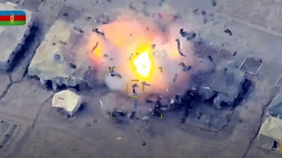 Imagem de vídeo divulgado pelo Ministério da Defesa do Azerbaijão mostra a destruição de um posto de controle da Armênia na região de Nagorno-Karabakh - AFP