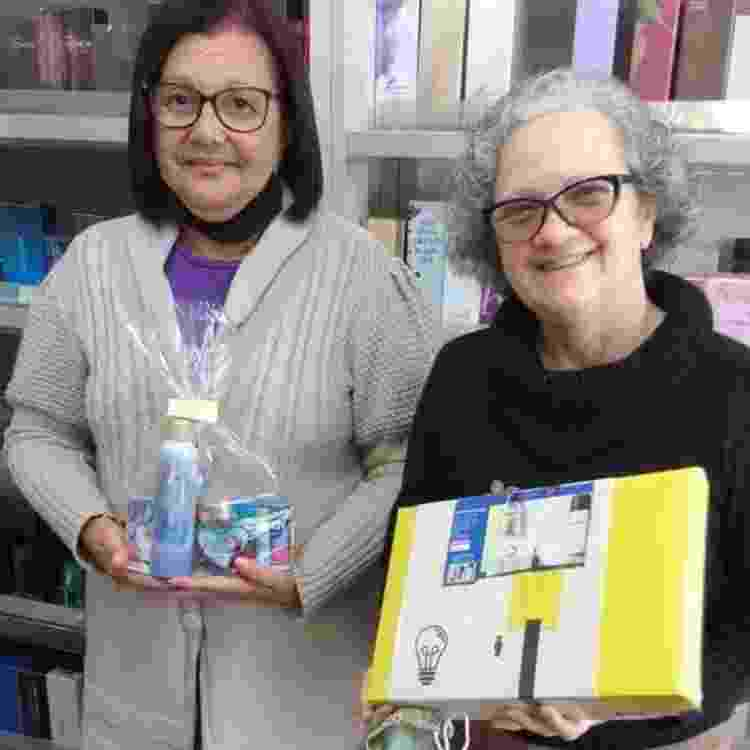 Vera Lúcia Cardoso de Mendonça e Amélia da Silva Netto trabalham juntas vendendo cosméticos - BBC - BBC