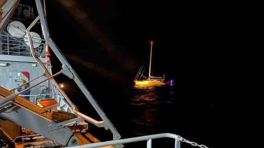 Veleiro (ao fundo) interceptado com cocaína pela Marinha - Marinha do Brasil/Divulgação